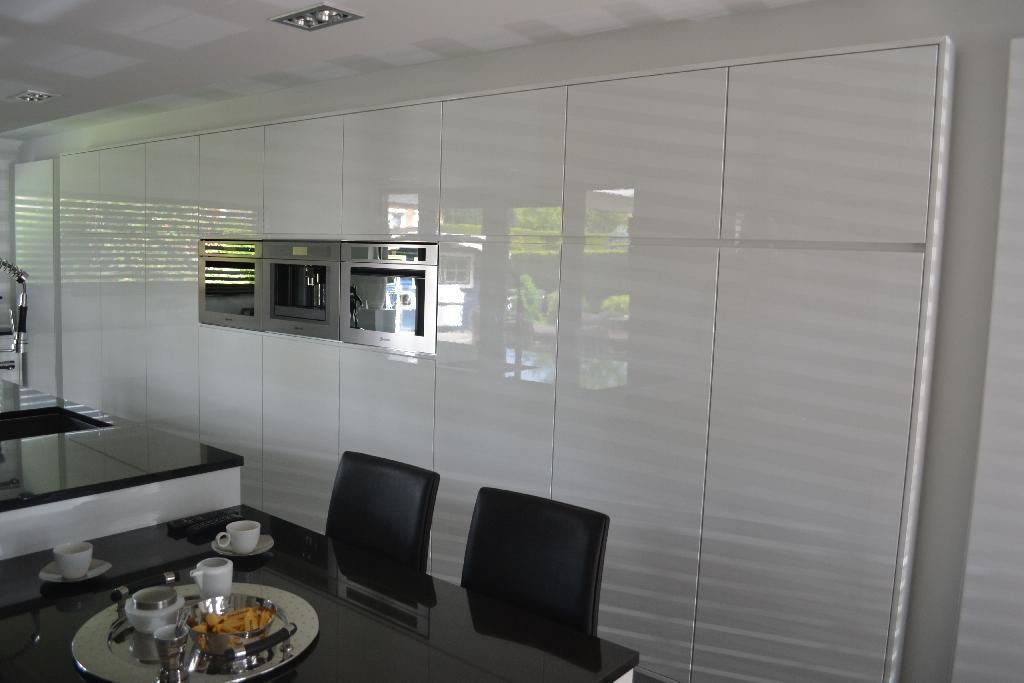 Keukenrenovatie Bedrijf : meubelspuiterij en keukenrenovatie Limburg bij Autoservice